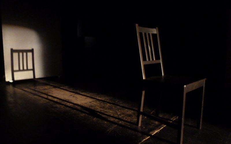 Stuhl auf leerer Bühne